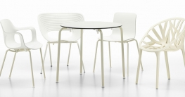 Die Vitra White Collection: von links: Hal Armchair, Tom Vac, Hal Tube Stackable, Vegetal. Tisch: Hal Table rund.