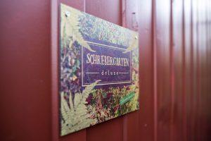 Das Schild am Eingang zum Schrebergarten Deluxe