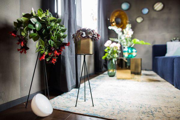 So wird es in der Laube gemütlich: Filigrane Dekorationen und ein heller Teppich bringen Farbe in den Wohnbereich