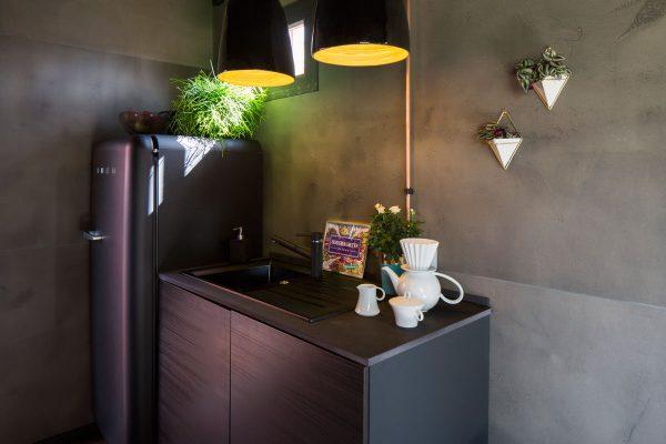 Große Eleganz in kleiner Laube: die Küchenzeile mitSmeg-Kühlschrank in dunklem Violett