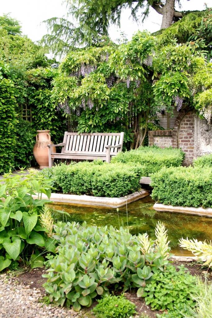 Wasserbecken und Teiche machen Gärten größer. Denn durch die Spiegelungen in der Oberfläche erreicht man optisch eine Raumerweiterung.