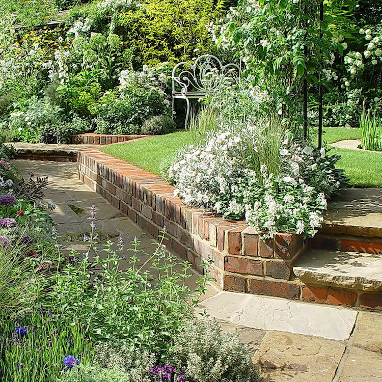 Eine Raumordnung im Garten lässt sich auch mit unterschiedlichen Geländeniveaus schaffen durch Mauern und Treppen.