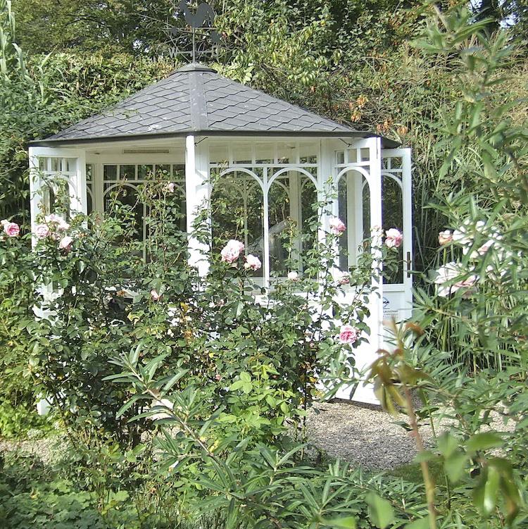 Ein weißes Gartenhaus lässt kleine Gärten strahlen und reflektiert das Licht
