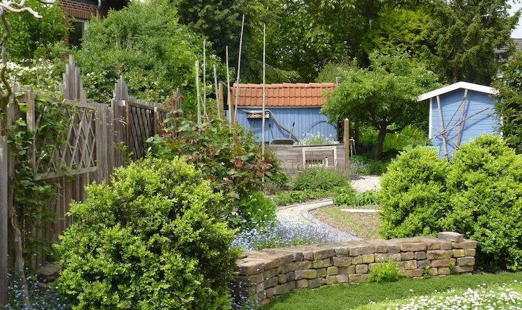 In die Gartenplanung sollten auch die angrenzenden Flächen mit einbezogen werden. Dort, wo sich schöne Aussichten in die Umgebung bieten, sollte der Blick darauf unverstellt bleiben.