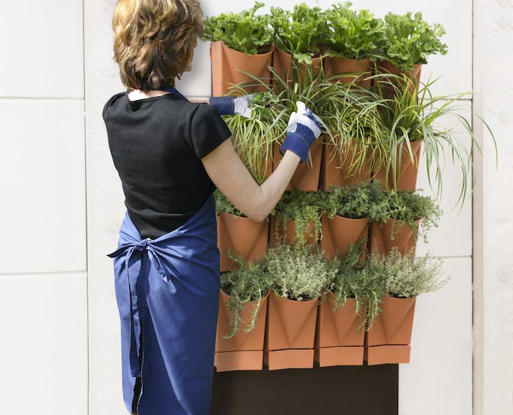 Ein vertikaler Garten an der Wand bietet viel Platz für Kräuter und Zierpflanzen (Foto Vertical Garden WALL-System)