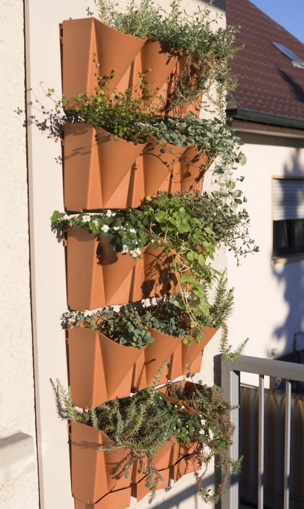 Selbst auf dem kleinsten Balkon ist Platz für einen Hängegarten (Foto Vertical Garden WALL-System)