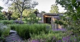 """Peter Berg: """"Ein nachhaltiger Garten besteht nach unserem Verständnis ausschließlich aus natürlichen und wiederverwendbaren Materialien - Pflanzen, Wasser, Naturstein, Erde, Holz."""""""